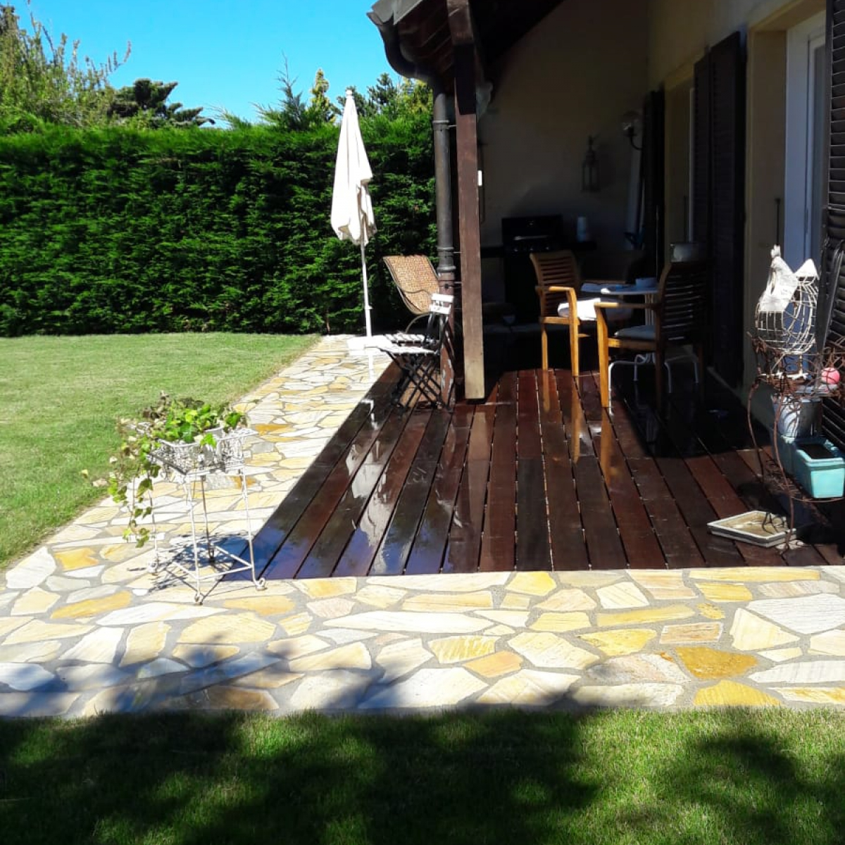 Terrasse en planche et bordure en pierre