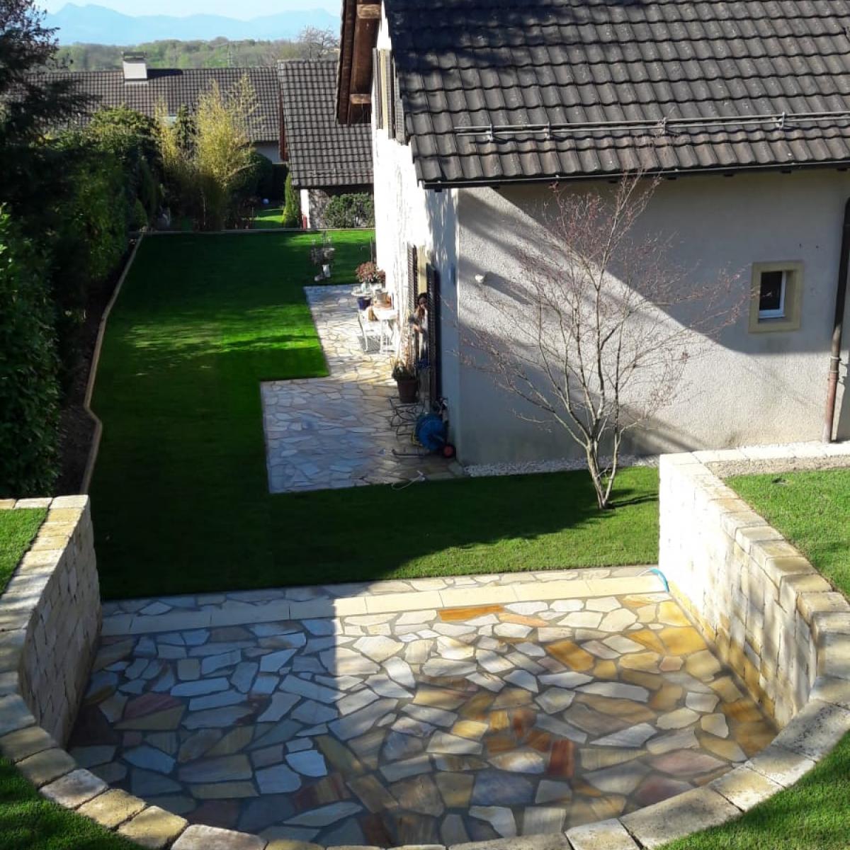 Muret et espace en pierre
