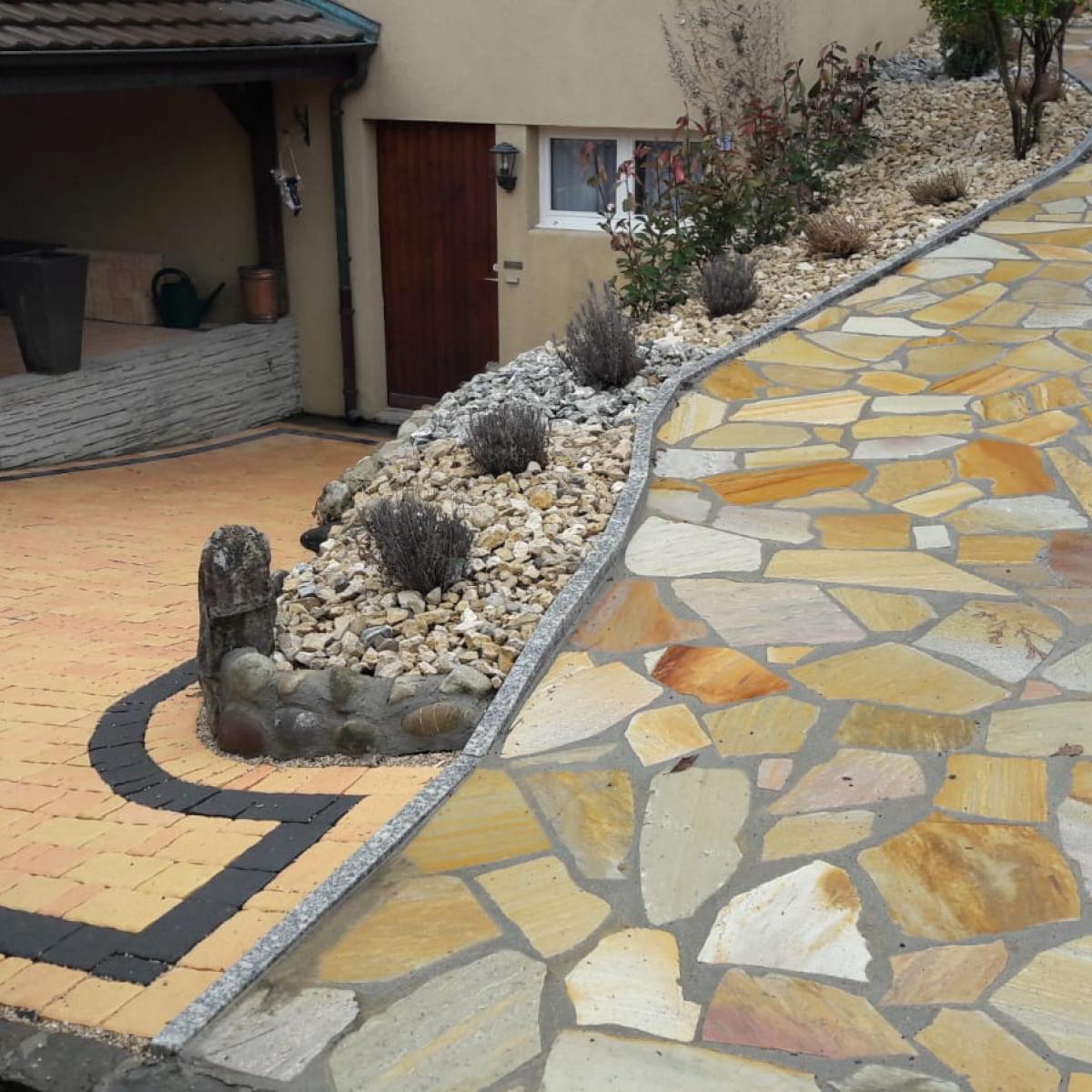 Chemin et parterre en pierre